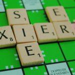 Die Wörter sie, er und xier auf einem Scrabble-Spielbrett