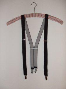 Hosenträger an einem Kleiderbügel