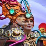 Bremer Karneval, Zwei Frauen mit buntem Kopfschmuck