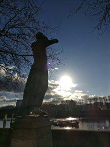 Der Rufer, Skulptur im Gegenlich der untergehenden Sonne