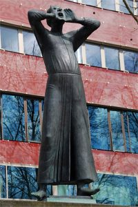 Skulptur eines mannes mit vor den Mund gehaltenen Händen