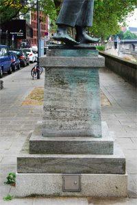 Betonsockel mit den Füßen einer Skulptur