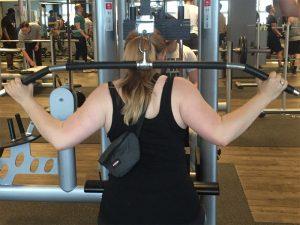 Frau an Trainingsgerät