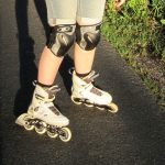 Füße auf Landstraße mit Inlineskates