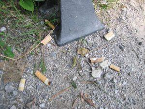 Rauchverbot, Zigarettenkippen auf dem Boden