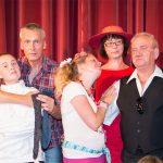 Fünf Personen vor einem Bühnenvorhang