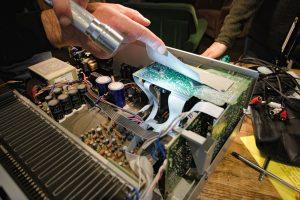 Reparieren Hand an geöffneten Elektrogerät