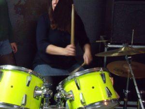 Frau am Schlagzeug