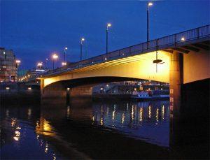 Flussbrücke bei Nacht
