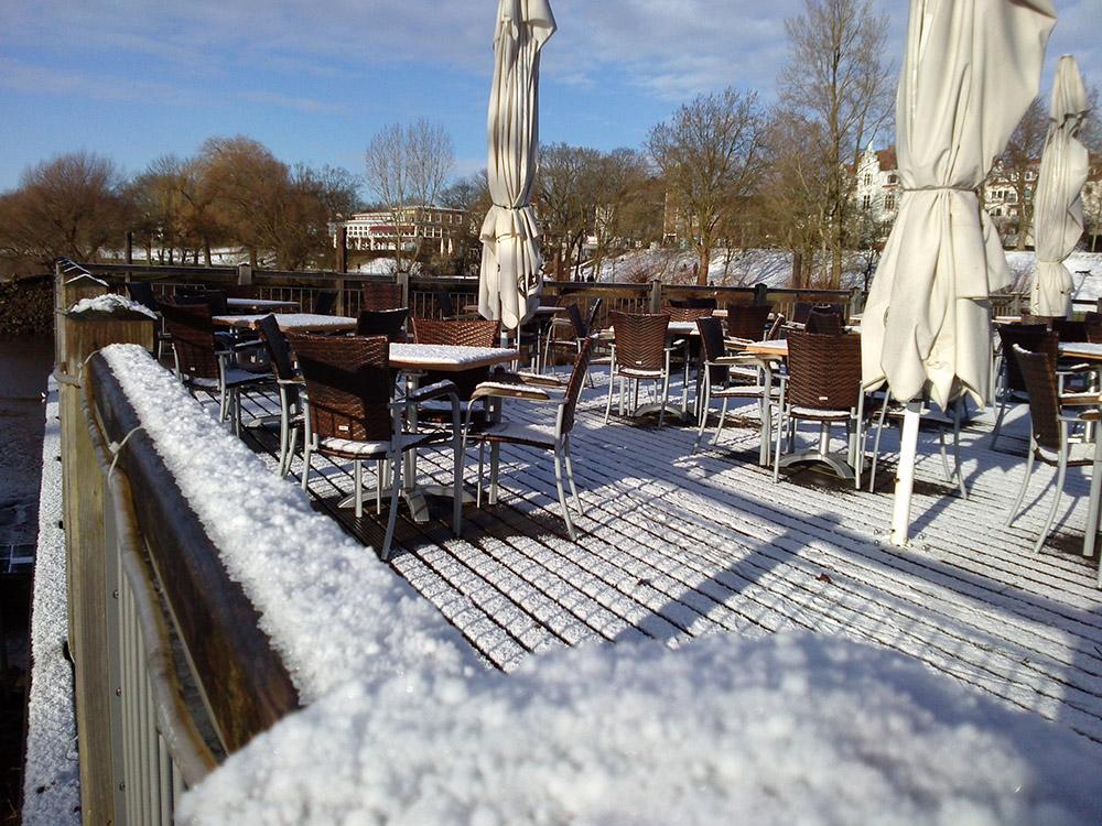 Café-Terrasse im Schnee