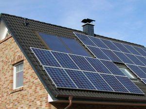 Energieberatung, Solaranlage auf einem Hausdach