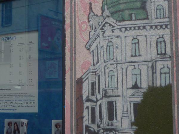 Graffiti, das eine Bremer Hausfassade darstellt
