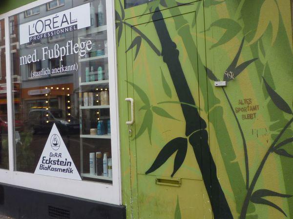 Graffiti Bambus neben einem Schaufenster