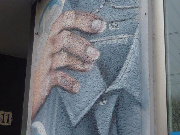 Graffiti, Hand mit Kleiderbügel