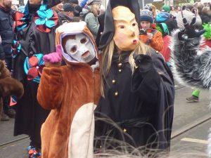 Sind wir Jeck? Zwei Personen mit Masken