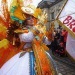 Karneval Frau in buntem Samba-Kostüm