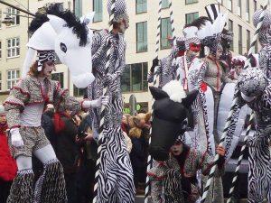 Samba-Karneval Bremen, Gruppe von Stelzenläufern in Schachbrett-Optik