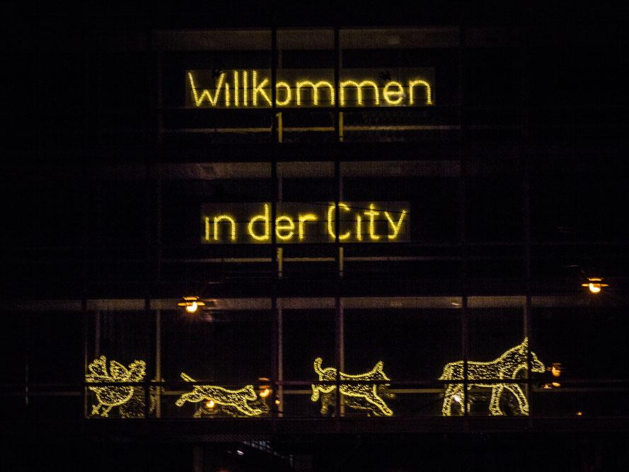 leuchtender Schriftzug mit Stadtmusikanten : Willkommen in der City