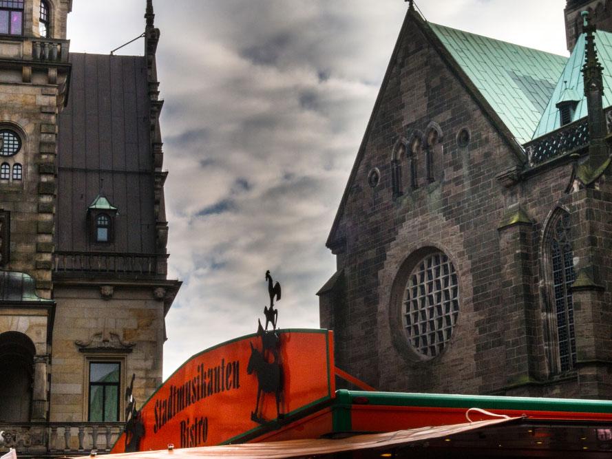 Stadtmusikanten auf dem Dach einer Imbissbude