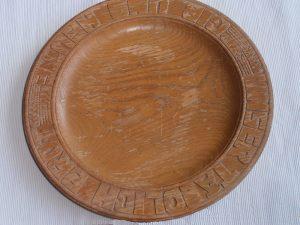 Brotteller Holzteller mit geschnitztem Rand