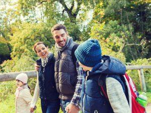Fotoalben, Standardfamilie beim Wandern (https://de.fotolia.com/id/64955213)