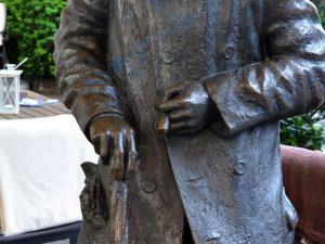 Heini Holtenbeen Statue, Hand mit Zigarre