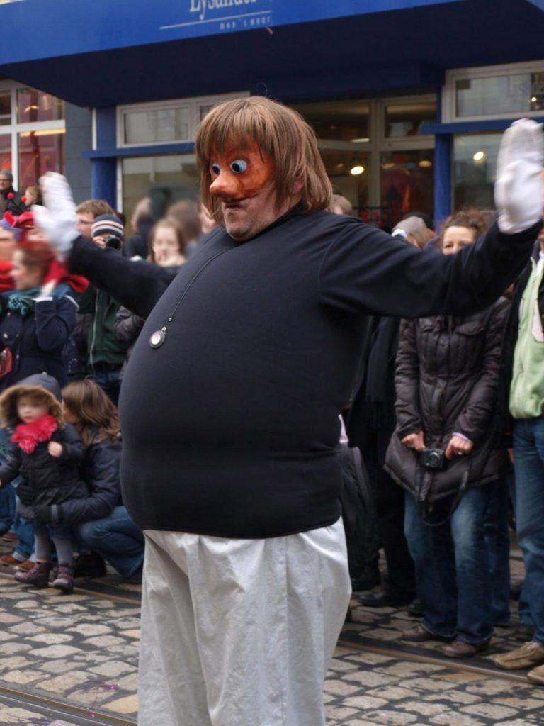 Person mit Maske und dickem Bauch
