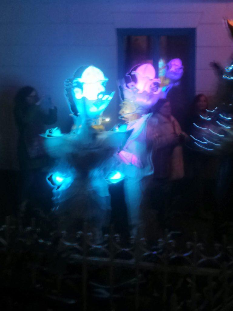 33. Bremer Karneval, Verschwommenes Bild tanzender, leuchtender Geister
