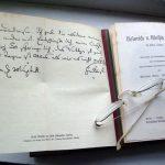 Buch, Schriftstück und Brille