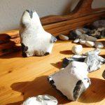 Hühnergott, verschiedene Feuersteine auf einer Tischplatte