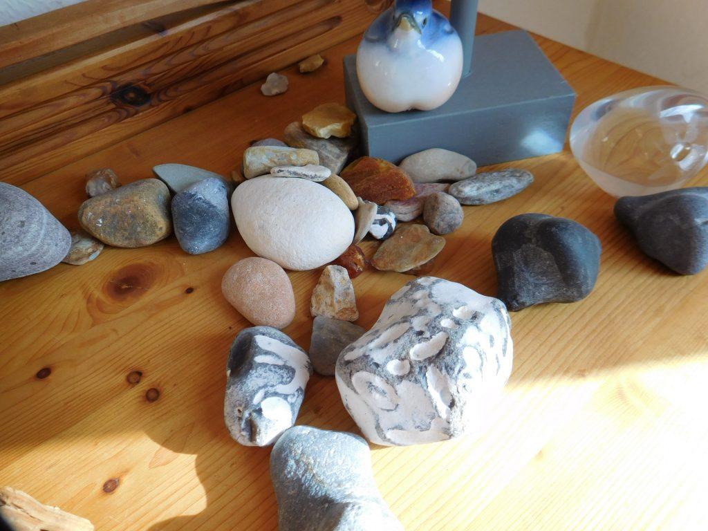 Verschiedene Steine auf einer Tischplatte ausgebreitet