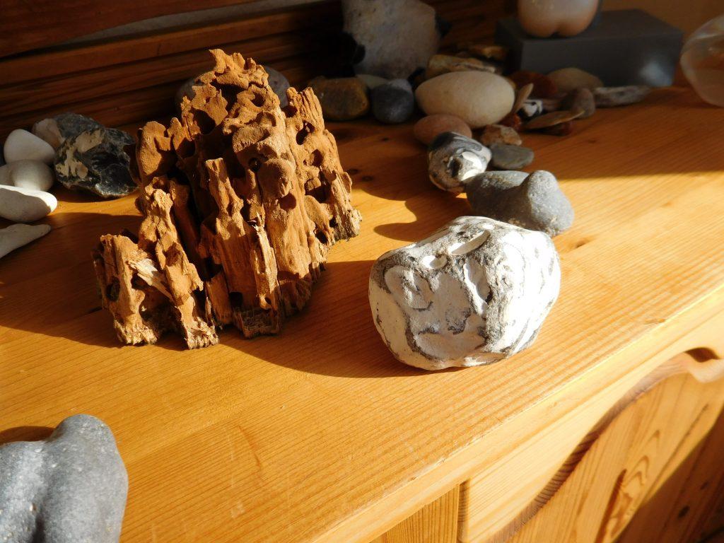 Verschiedene Steine auf einer Anrichte