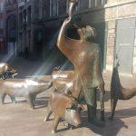 Skulptur eines Schweinehirten mit mehreren Säuen