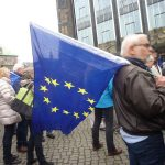 Für Europa, Mann mit Europaflagge vor der Bürgerschaft