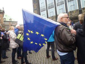Mann mit Europaflagge vor der Bürgerschaft
