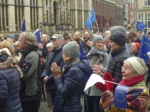 Für Europa, Demonstranten mit Europaflaggen auf dem Marktplatz