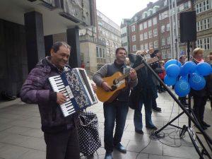 Zwei Musikanten mit Akkoreon und Gitarre vor der Bürgerschaft