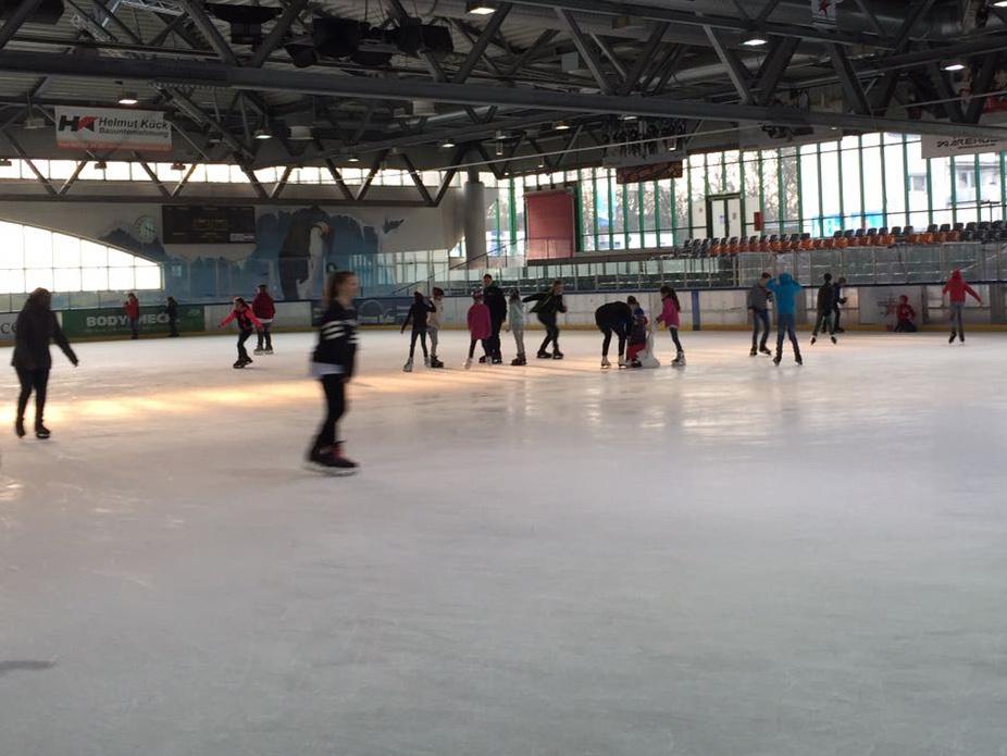 Unternehmungen mit den Enkelkindern, Eislaufhalle