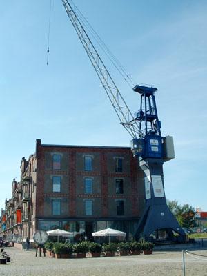 Entdeckertag, blauer Kran vor Speichergebäude Gebäude