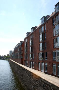 Wohnen mit Barrierefreiheit, Backsteingebäude an einem Kanal
