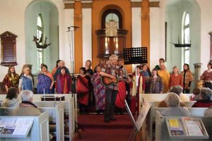 Singende Menschen in einer Kirche