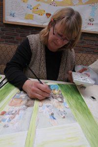 Die Seniorenwerkstatt, Frau beim Zeichnen