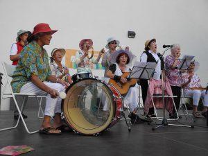 Band mit großer Trommel in der Mitte