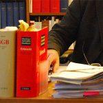 Vorsorgevollmacht, Gesetzesbücher stehen auf einem Schreibtisch