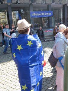 Mann mit umgewickelter Europaflagge