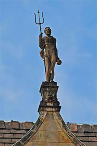 Steinfigur mit Dreizack