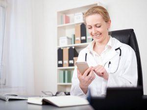 Sprachbarrieren, Ärztin mit Smartphone