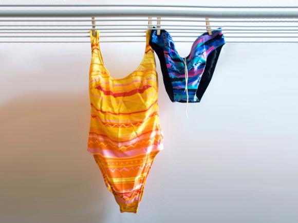 Badehose und Badeanzug an der Wäscheleine
