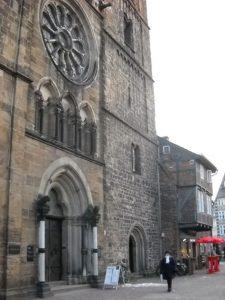 Eingangsportal zu einem Backsteingebäude
