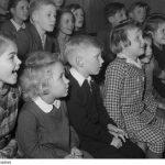 Eine Gruppe Kinder staunt